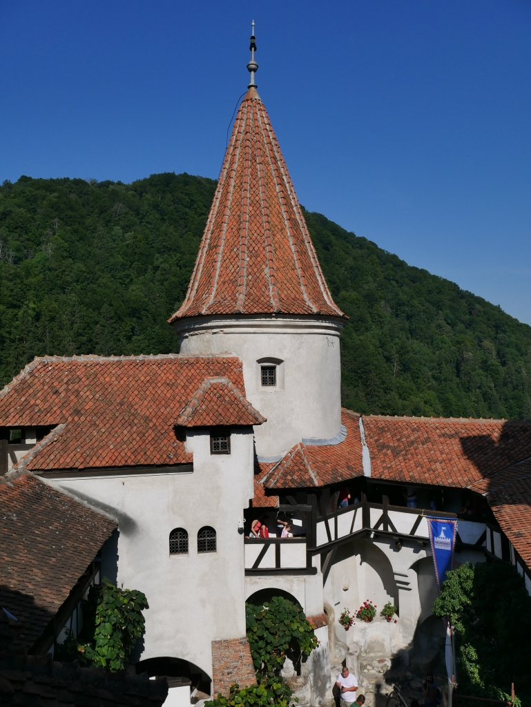 Cour et tour du Château de Bran