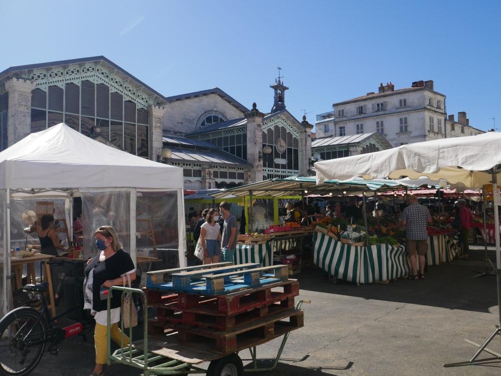 Il y a du monde pour le marché des Halles de La Rochelle