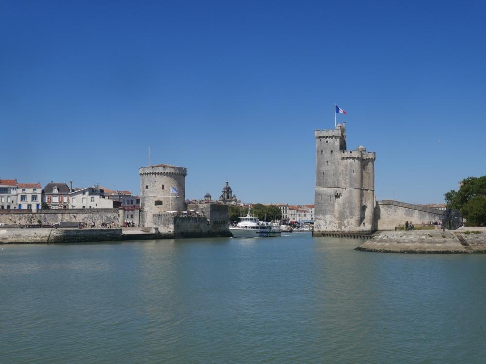 Les deux tours formant l'entrée du vieux port