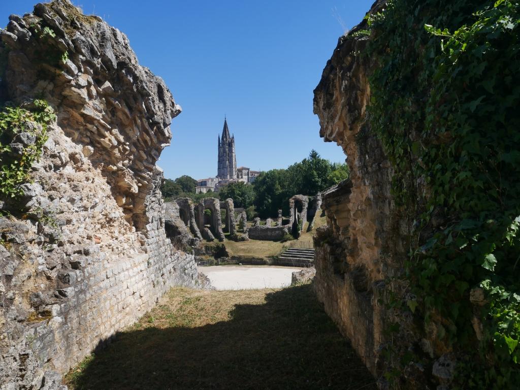 L'Amphithéâtre et au loin l'église du centre ville